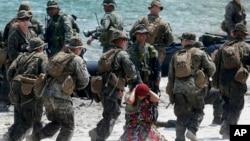 美國海軍陸戰隊和菲律賓軍人4月15日進行演練中﹐在一艘橡皮船上拘捕疑犯。