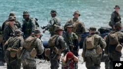 美国海军陆战队队员菲律宾陆战队队员2013年4月15日在联合演习中准备带着俘获的假想敌嫌疑者登上他们的橡皮艇