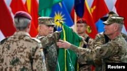 美國陸軍將軍約翰.坎貝爾(中)在結束在阿富汗參戰行動儀式上。