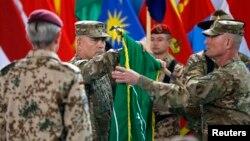 존 캠벨 아프간주둔 사령관이 28일 카불서 열린 주둔 종료 기념식에서 국제안보지원군(ISAF) 깃발을 접고 있다.