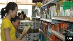 大陆居民沈小姐和兰小姐在香港超市挑选商品