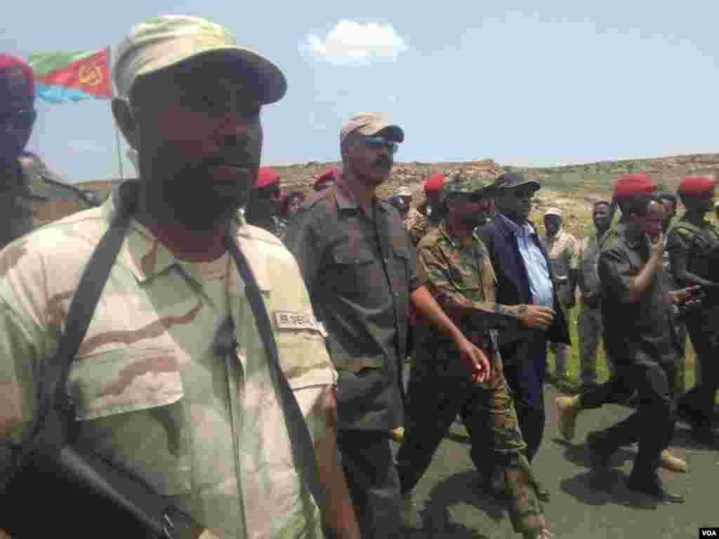 Etíopes e eritreus celebram a reabertura histórica das suas fronteiras