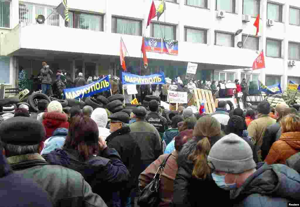 Митинг у городвской администрации в Мариуполе. По сообщениям СМИ, сепаратисты захватили здание администрации 13 апреля.