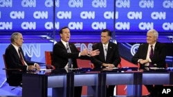 德克薩斯州眾議員保羅﹑前賓夕法尼亞州參議員桑托勒姆﹑前馬薩諸塞州州長羅姆尼和美國前眾議院議長金里奇(左到右)星期三在亞利桑那州舉行辯論