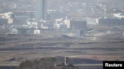 在朝鲜半岛分隔南北的板门店停战村望到的开城工业园。(2011年资料照片)
