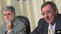 Leon Panetta Braziliya mudofaa vaziri Selso Amorim (chapda) bilan jurnalistlar savollariga javob bermoqda. 2012-yil 24-aprel.