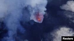 从空中鸟瞰南太平洋马纳罗火山岩浆与烟雾喷发的状况。(2017年9月25日)