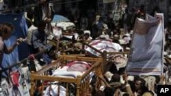 Des manifestants anti-gouvernementaux défilent à Sana'a, le 25 septembre 2011, en portant les cadavres de ceux tués lors d'une récente protestation.