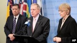 마이클 커비(가운데) 유엔 북한인권조사위원장이 17일 유엔 안보리에서 열린 비공식 회의에 참석한 후 기자들에게 회의 내용을 전하고 있다. 왼쪽은 마르주키 다루스만 유엔 북한인권특별보고관.