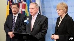 마이클 커비(가운데) 유엔 북한인권조사위원장이 지난해 유엔 안보리에서 열린 비공식 회의에 참석한 후 기자들에게 회의 내용을 전하고 있다. 왼쪽은 마르주키 다루스만 유엔 북한인권특별보고관.