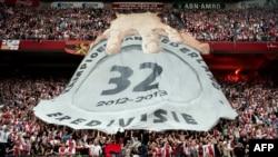 Les supporters de l'Ajax Amsterdam célébrant leur victoire contre Willem II Tilburg à l'Amsterdam Arena, Pays-Bas le 5 mai 2013.