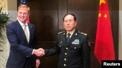 Quyền Bộ trưởng Quốc phòng Mỹ Patrick Shanahan và Bộ trưởng Quốc phòng Trung Quốc Ngụy Phượng Hòa trong cuộc gặp hôm 31/5 bên lề Đối thoại Shangri-La..