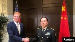 И.о. министра обороны США Патрик Шэнахан и министр национальной обороны Китая Вэй Фэнхэ перед началом переговоров в Сингапуре, 31 мая 2019 года