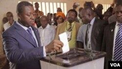 Le président sortant du Togo, Faure Gnassingbé, votant samedi, 25 avril 2015