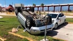 Siêu bão Yutu lật nhào xe cộ khi tấn công vào quần đảo Mariana vào ngày 26/10/2018.