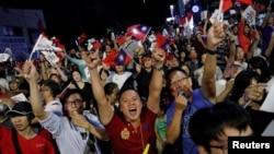 国民党政治新星韩国瑜当选高雄市长,支持者举手欢呼(2018年11月24日)