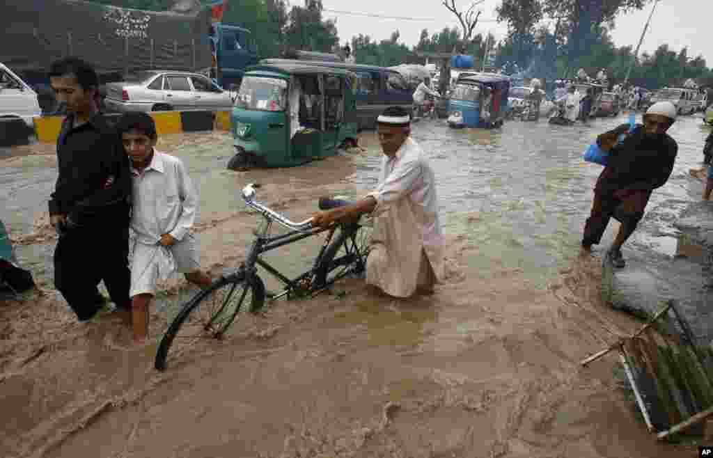 3일 파키스탄 페샤와르에서 폭우로 물에 잠긴 거리.