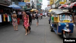 Du khách đi bộ dọc theo đường Khao San, nơi tụ tập của những du khách ba lô, phần đông là thanh niên Israel. Cảnh sát Thái Lan đã tăng cường an ninh xung quanh những địa điểm mà các du khách Israel hay lui tới.