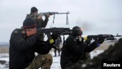 29일 우크라이나 루한스크 지역에서 정부군 병사들이 전투태세를 갖추고 있다.
