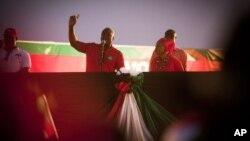 加納現任總統馬哈馬(中)在總統選舉前的最後一次競選活動中向主持他的群眾發表講話