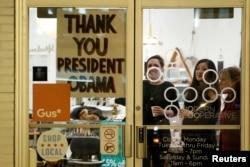 """Shahardagi do'konlardan birining eshiga """"Rahmat, Prezident Obama"""" deb yozilgan, Chikago, 10-yanvar, 2017-yil."""