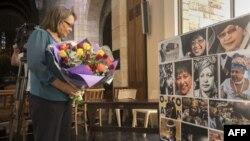 La maire du Cap, Patricia de Lille, apporte des fleurs lors du mémorial pour Winnie Madikizela-Mandela, au Cap, le 3 avril 2018.