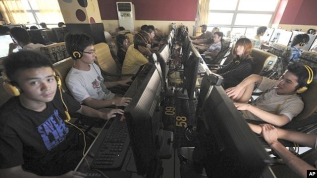 People use computers at an internet cafe in Hefei, Anhui province (September 2011)