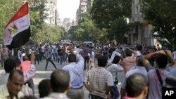 12잉ㄹ 이집트 카이로의 타흐리르 광장에서 무력 충돌한 무르시 이집트 대통령을 지지 세력과 반대 세력.
