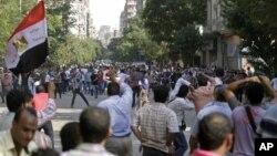 10月12日,支持和反对总统穆尔西的抗议者团体之间在开罗的解放广场爆发冲突