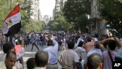 Massa pendukung Presiden Morsi dan penentangnya saling melempar batu di Lapangan Tahrir, Kairo (12/10).