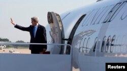 Ngoại trưởng John Kerry vẫy chào trước khi đáp máy bay đi Doha tại Căn cứ không quân Andrews ở Maryland ngày 21 tháng 6, 2013. Chủ nhật này, Ngoại trưởng Kerry sẽ từ Doha đáp máy bay đến New Dehli.