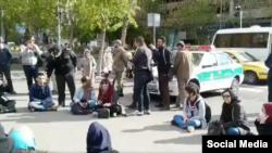 دانشجویان معترض در مواجه با ماموران نیروی انتظامی شعار «ایرانی با غیرت حمایت حمایت» سر دادند.