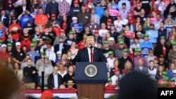 Prezidan Donald Trump ki te pran lapawòl nan yon meeting nan Sant Mid-America nan vil Council Bluffs, Eta Iowa, madi 9 oktòb 2018 la.