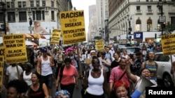Orang-orang mengambil bagian dalam unjuk rasa atas penembakan terhadap Alton Sterling dan Philando Castile (foto: REUTERS/Eduardo Munoz)