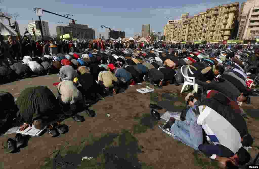 25일 이집트 카이로의 타흐리르 광장에서 금요 기도회에 참석한 반-무르시 시위대.