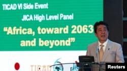 Le premier ministre japonais Shinzo Abe donne un discours lors du 6e Ticad (Tokyo International Conference on African Development) à Nairobi, Kenya, le 28 août 2016.