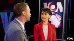 Phóng viên đài VOA Scott Stearns phỏng vấn bà Aung San Suu Kyi