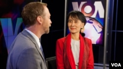 آنگ سان سوچی در مقر صدای آمریکا - واشنگتن