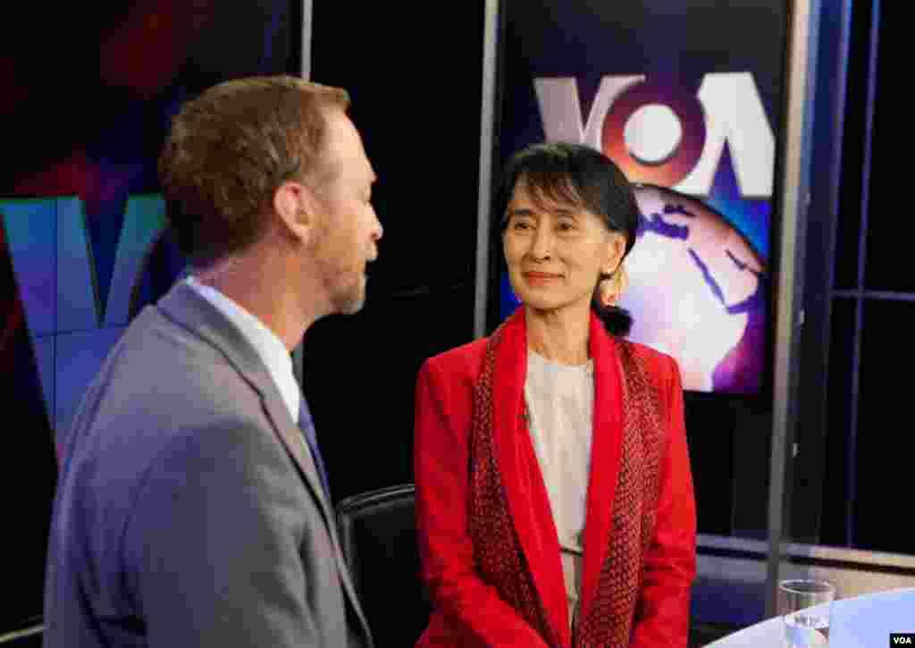 ທ່ານນາງ Aung San Suu Kyi ໃນລະຫວ່າງການໃຫ້ສໍາພາດຂ່າວແກ່ນັກຂ່າວວີໂອເອ Scott Stearns. (Alison Klein/VOA)