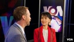 昂山素姬在美國之音華盛頓總部接受資深記者斯特恩斯的英語電視專訪