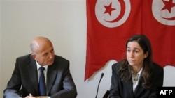 Ông Ahmed Nejib Chebbi (trái) sáng lập viên Đảng Dân Chủ Tiến Bộ, một chính đảng đối lập, loan báo quyết định từ bỏ chức vụ Bộ trưởng Phát Triển địa phương