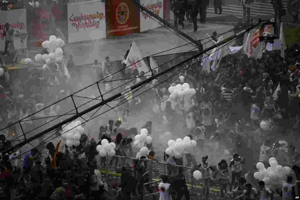 A view shows the crowd right after the explosion of gas-filled balloons during a campaign rally in the central Republic Square in Yerevan, May 4, 2012. An explosion injured at least 144 in central Yerevan on Friday during a campaign rally by Armenia's rul