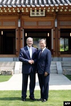 23일 한국을 방문한 조지 부시 전 미국 대통령이 청와대에서 문재인 한국 대통령과 만났다.