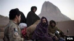 Sejumlah pria dalam kendaraan yang melintas di provinsi Kandahar, Afghanistan selatan, diberhentikan oleh seorang polisi penjaga pos pemeriksaan.