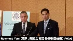 鲁比奥(右)与史密斯2018年10月召开记者会(VOA任敬扬)