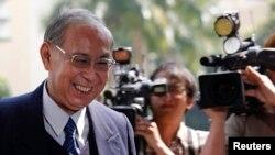 2013年3月8香港前政务司司长许仕仁(左)在香港东区法院(资料照片)