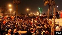 Para demonstran kembali berkumpul di Lapangan Mutiara di Manama, Bahrain, Sabtu malam (2/19).