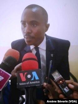 Trésor Nzila, le directeur exécutif de l'OCDH, à la présentation du rapport sur les droits de l'Homme, à Brazzaville, le 9 mai 2019. (VOA/Arsène Séverin)