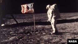 """El astronauta Edwin E. """"Buzz"""" Aldrin Jr. posa para una fotografía al lado de la bandera de EE.UU. desplegada en la Luna durante la misión del Apollo 11 el 20 de julio de 1969."""