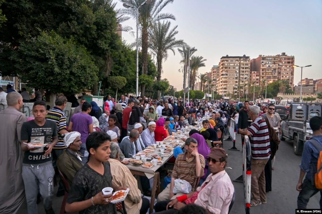 Постящиеся мусульмане собираются, чтобы прервать свой пост в мечети Амр ибн аль-Ас в Старом Каире, Египет, 31 мая 2019 года.